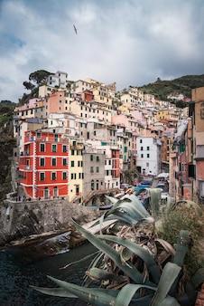 Vista panorâmica de riomaggiore, cinque terre, itália