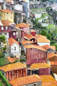 Vista panorâmica de um bairro pobre no antigo porto, portugal