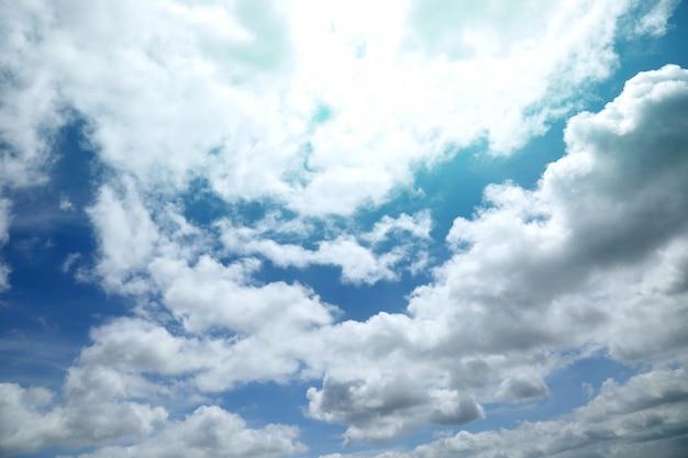 Vista panorâmica de um céu nublado ao pôr do sol