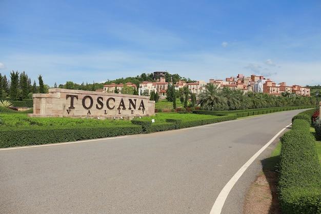 Vista panorâmica de um hotel e cidade resort feita de tema do vale toscana em estilo italiano