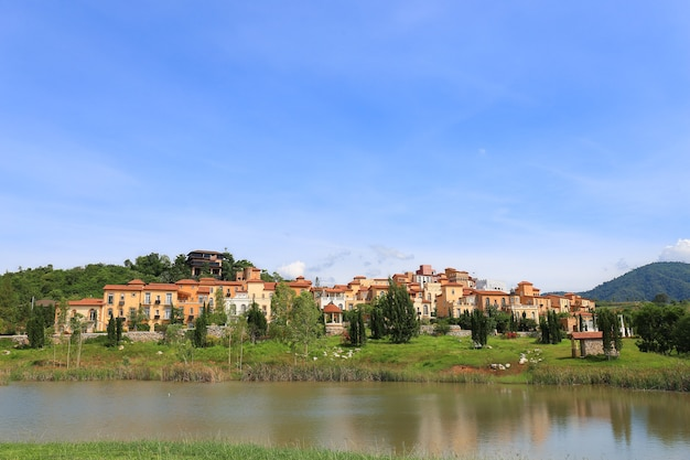 Vista panorâmica de um hotel e cidade turística feita do vale da toscana