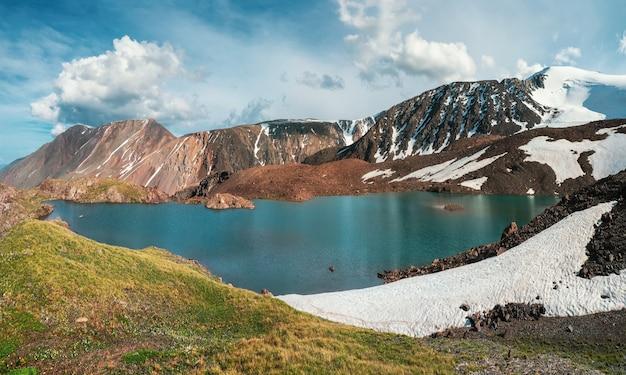 Vista panorâmica de um lago azul de montanha limpa em altai com tendas na costa. belo lago turquesa. lago transparente incomum no outono.