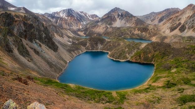 Vista panorâmica de um lago azul de montanha limpa em forma de um coração no altai. belo lago turquesa. lago transparente incomum no outono.