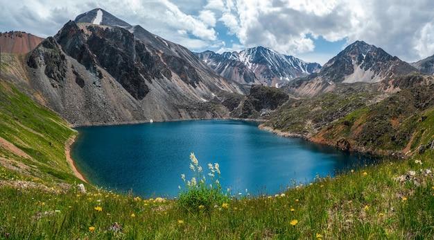 Vista panorâmica de um lago azul de montanha limpa no altai. belo lago turquesa. lago transparente incomum no verão.