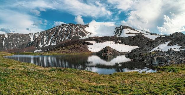 Vista panorâmica de um lago limpo de montanha em altai com tendas na costa. um belo lago turquesa. lago transparente incomum no outono.
