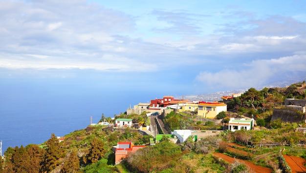Vista panorâmica de um pequeno vilarejo na costa de tenerife, nas ilhas canárias