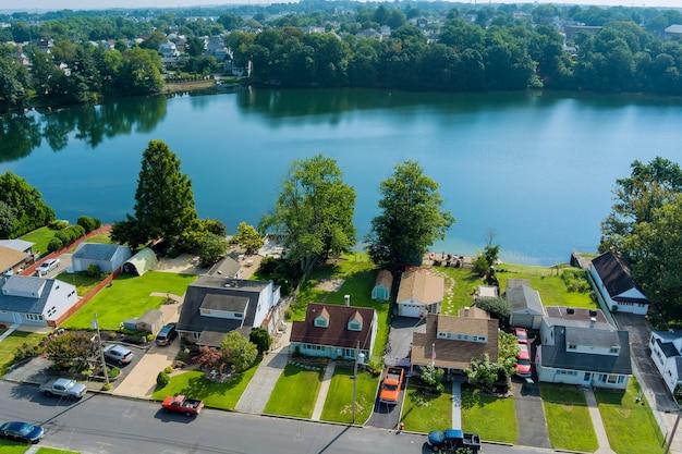 Vista panorâmica de uma pequena cidade americana perto do lago em sayreville, nova jersey, eua