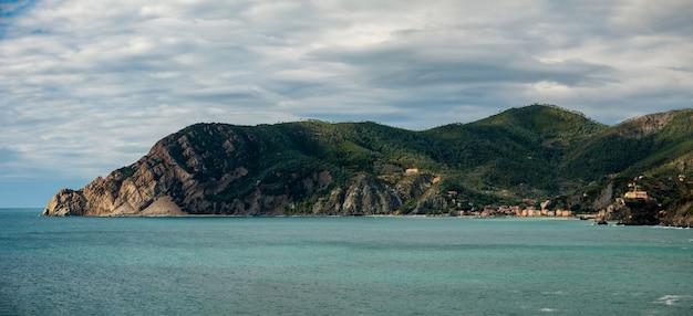 Vista panorâmica de vernazza, antiga vila icônica do parque nacional cinque terre, na ligúria, itália