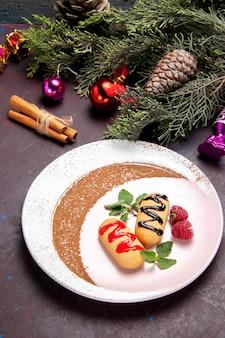 Vista panorâmica deliciosos biscoitos doces com árvore de natal em um espaço escuro