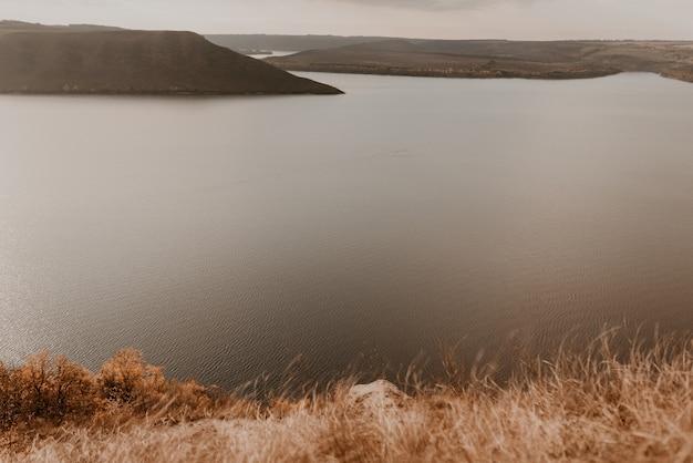 Vista panorâmica desde a falésia até ao grande lago do mar ao longe silhuetas das ilhas