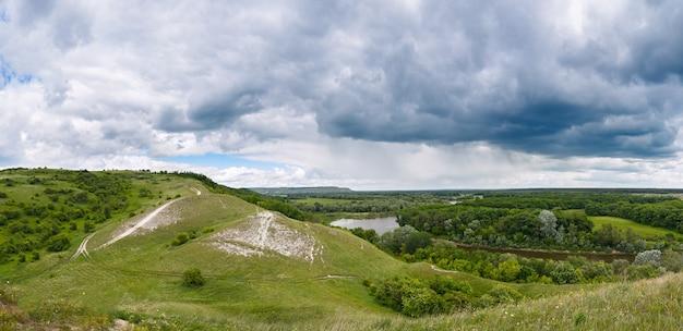 Vista panorâmica desde a serra até ao vale do rio don. paisagem da parte central da rússia.