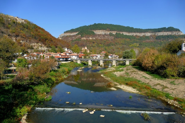 Vista panorâmica do bairro dos artesãos e do rio jantra da fortaleza de veliko tarnovo