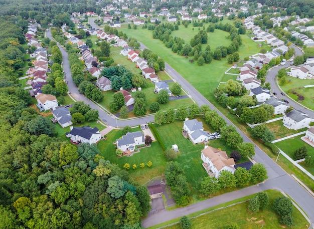 Vista panorâmica do bairro em telhados de casas de casas de veraneio em área residencial