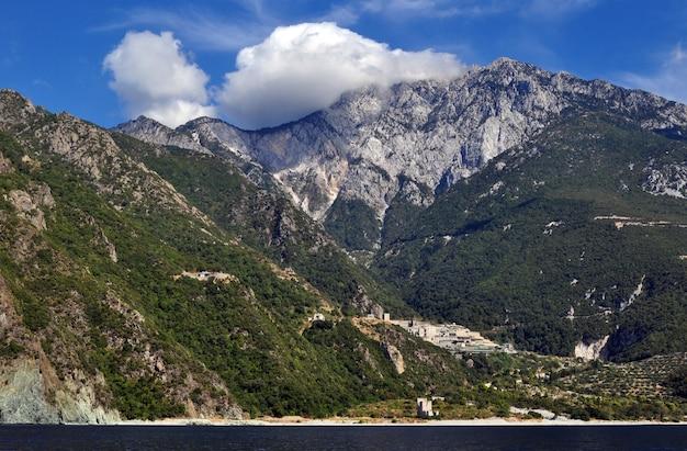 Vista panorâmica do belo litoral do mar e montanhas incríveis
