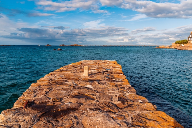 Vista panorâmica do cais de pedra à beira-mar à noite no verão na bretanha, frança
