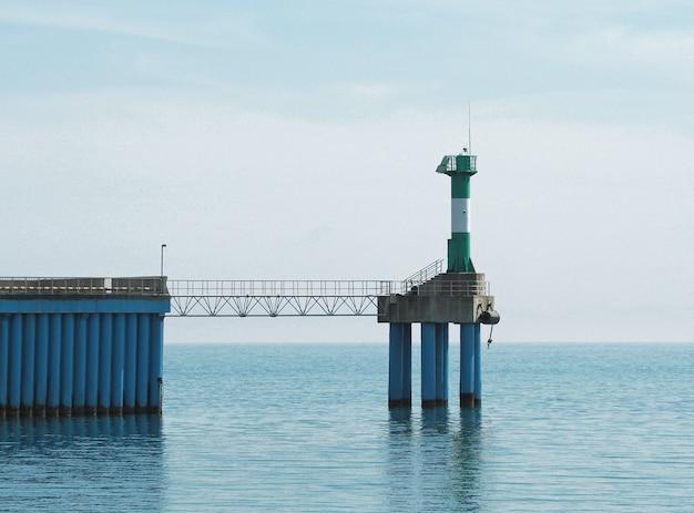 Vista panorâmica do cais marítimo com a torre do farol