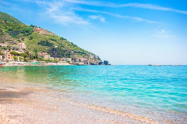 Vista panorâmica do cartão-postal da bela cidade de minori na famosa costa amalfitana, com o golfo de salerno, campania, itália