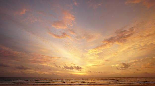 Vista panorâmica do céu dourado ao pôr do sol