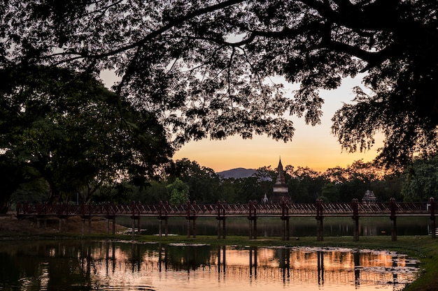 Vista panorâmica do complexo histórico de templos em sukhothai, a cidade antiga com herança budista no nordeste da tailândia.