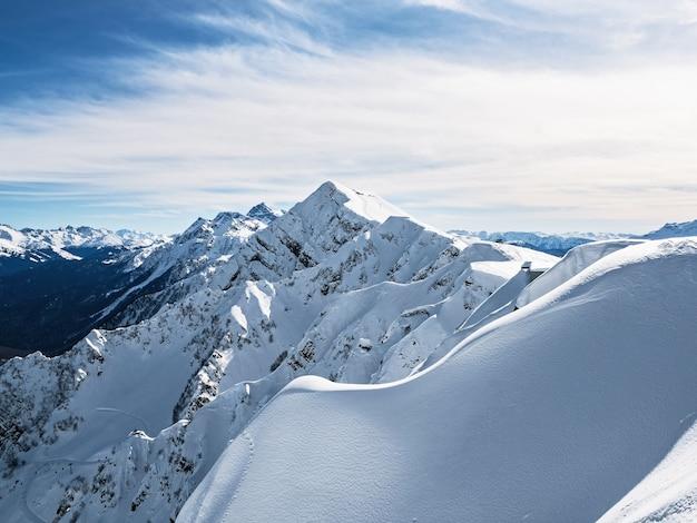 Vista panorâmica do cume da montanha aibga com o pico do pilar de pedra no resort alpino de rosa khutor em um dia ensolarado de inverno. sochi, rússia