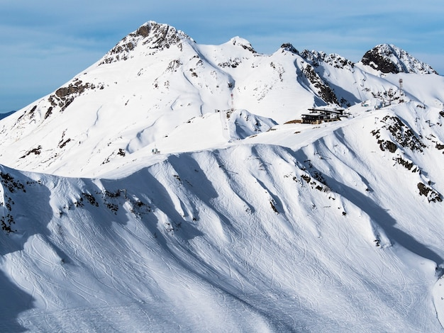 Vista panorâmica do cume da montanha aibga na estância de esqui rosa khutor. sochi, rússia