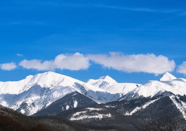 Vista panorâmica do cume das montanhas em krasnaya polyana, sochi, rússia Foto Premium