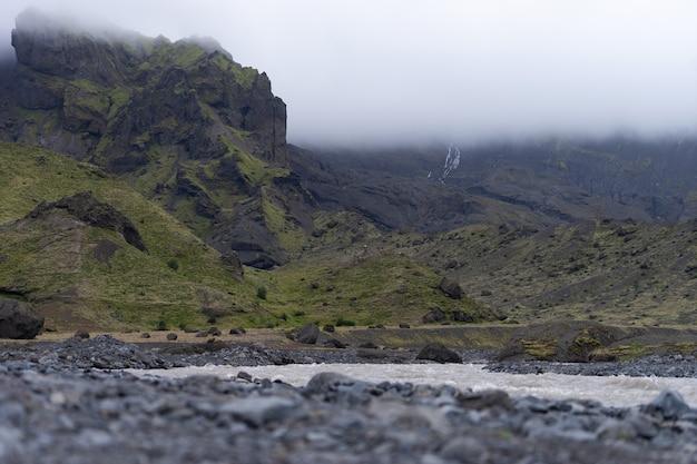 Vista panorâmica do desfiladeiro e rio das montanhas thorsmork