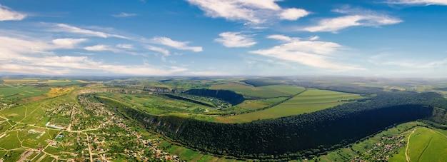 Vista panorâmica do drone aéreo do vale natural com colinas e campos de rio