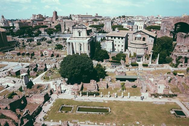 Vista panorâmica do fórum romano, também conhecido por forum romanum ou foro romano do monte palatino. é um fórum rodeado por ruínas de antigos edifícios governamentais no centro da cidade de roma