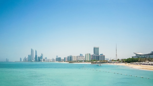 Vista panorâmica do horizonte de abu dhabi. emirados árabes unidos.
