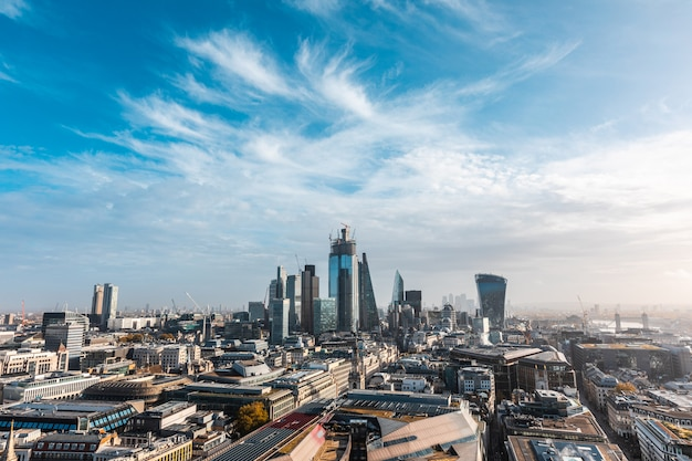 Vista panorâmica do horizonte de londres - vista aérea da cidade de londres e seu horizonte com arranha-céus modernos no distrito financeiro, no centro da cidade - cena urbana na capital do reino unido em um dia ensolarado