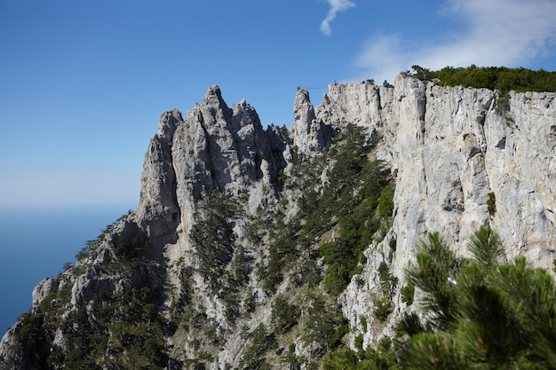Vista panorâmica do incrível monte ai-petri contra o céu azul e o fundo do mar negro. montanhas, caminhadas, aventura, viagens, atração turística, conceito de paisagem e altitude. crimeia, rússia.