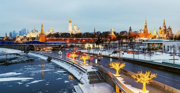 Vista panorâmica do kremlin de moscou à noite