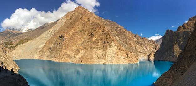 Vista panorâmica do lago attabad no vale de gojal, hunza. gilgit baltistan, paquistão.