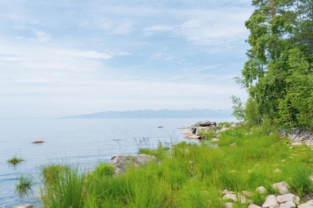 Vista panorâmica do lago baikal é um lago rift localizado no sul da sibéria, na rússia. o maior lago de água doce em volume do mundo. uma maravilha natural do mundo.