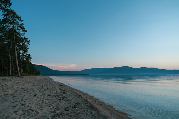 Vista panorâmica do lago baikal no nascer do sol. lago rift localizado no sul da sibéria, rússia. o maior lago de água doce em volume do mundo. uma maravilha natural do mundo.