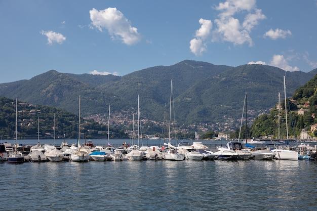 Vista panorâmica do lago de como (lago di como) é um lago de origem glacial na lombardia, itália. dia de verão e céu azul dramático