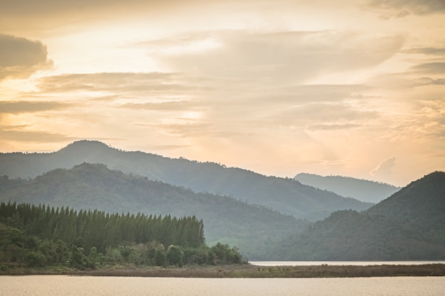 Vista panorâmica do lago de montanhas com floresta de pinheiros