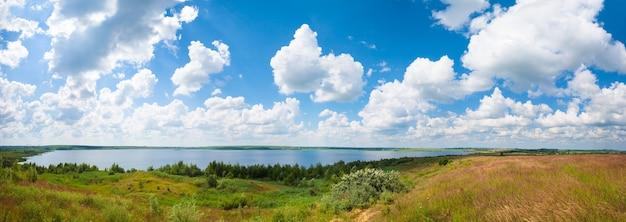 Vista panorâmica do lago de verão com nuvens. três tiros costuram a imagem.