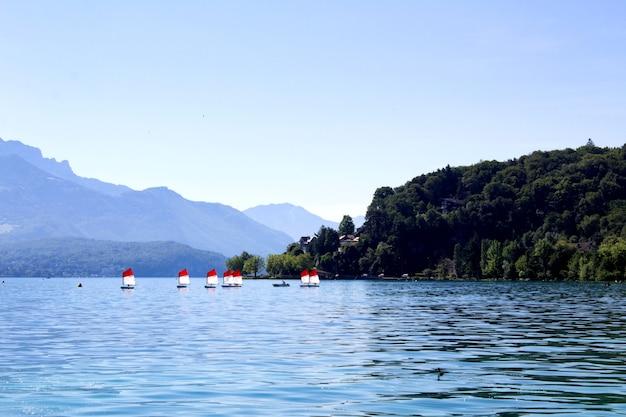 Vista panorâmica do lago e dos veleiros no dia de verão. annecy.france.