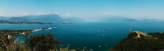 Vista panorâmica do lago garda, itália, baixa visibilidade