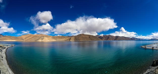 Vista panorâmica do lago pangong ou pangong tso no himalaia e mountain view