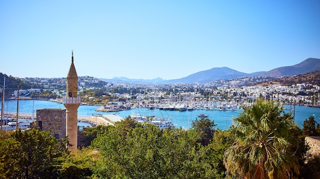 Vista panorâmica do mar egeu, marina de casas brancas tradicionais do castelo de bodrum, turquia