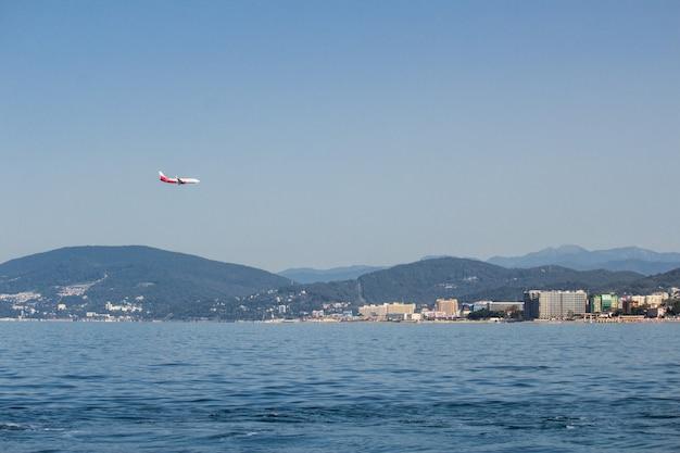 Vista panorâmica do mar para a cidade e as montanhas