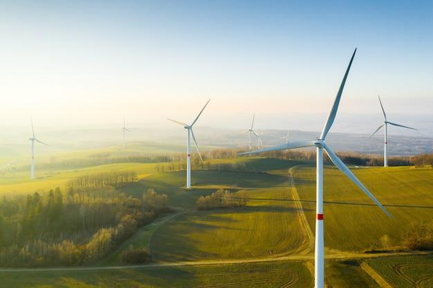 Vista panorâmica do parque eólico ou parque eólico, com turbinas eólicas altas para geração de eletricidade com