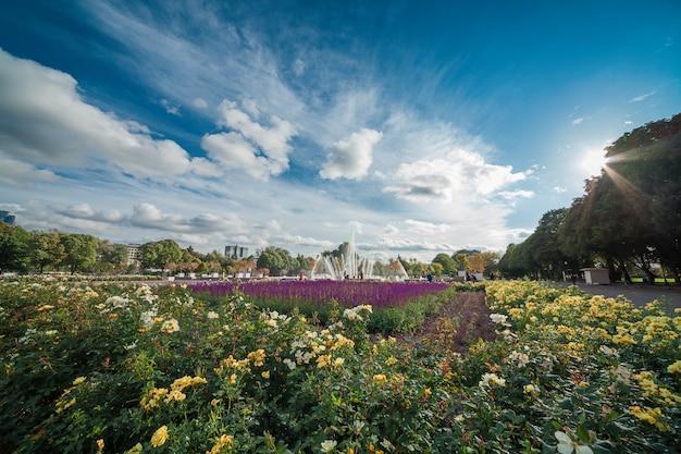 Vista panorâmica do parque gorky com a fonte central