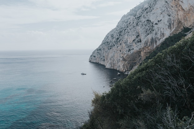 Vista panorâmica do penhasco rochoso no parque nacional penyal d'lfac em calpe, costa blanca, espanha