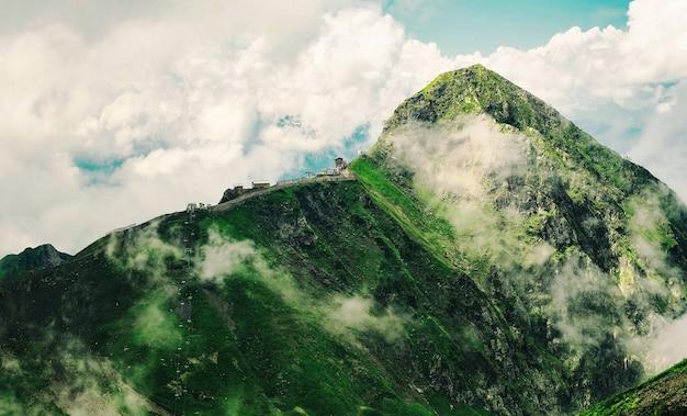Vista panorâmica do pico da montanha black pyramid no resort gorky gorod