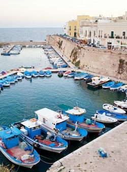 Vista panorâmica do porto de gallipoli, itália