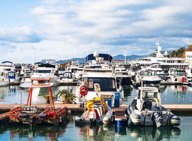 Vista panorâmica do porto marítimo ou porto com barcos de passageiros ancorados e iates. embarcação náutica